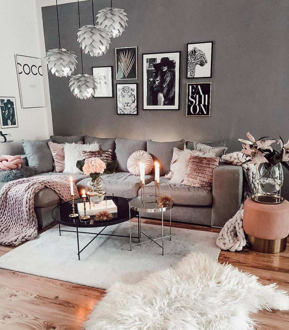 Decorate Your Living Room With These Inspiring Wall Ideas - Black and White Portraits
